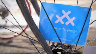Así se coloca la tarjeta entre los radios de la rueda de la bicicleta