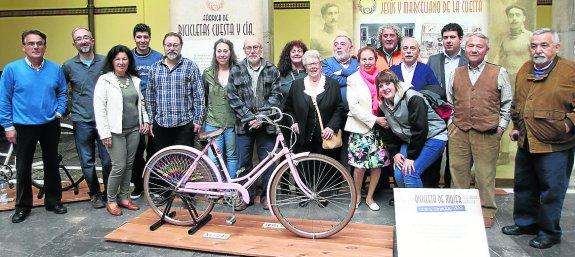 Foto homenaje a familiares de la cuesta paloma ucha 27-04-15 - 30 Días en Bici Gijón