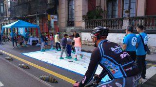 Niños jugando al Gijón Bus&Ride