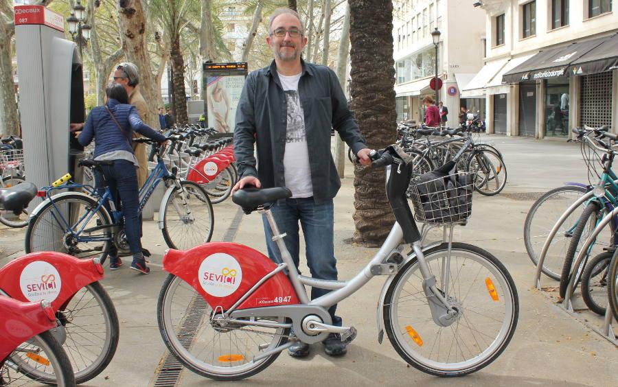 Foto de Carlos en bici por Sevilla Sevici - 30 Días en Bici