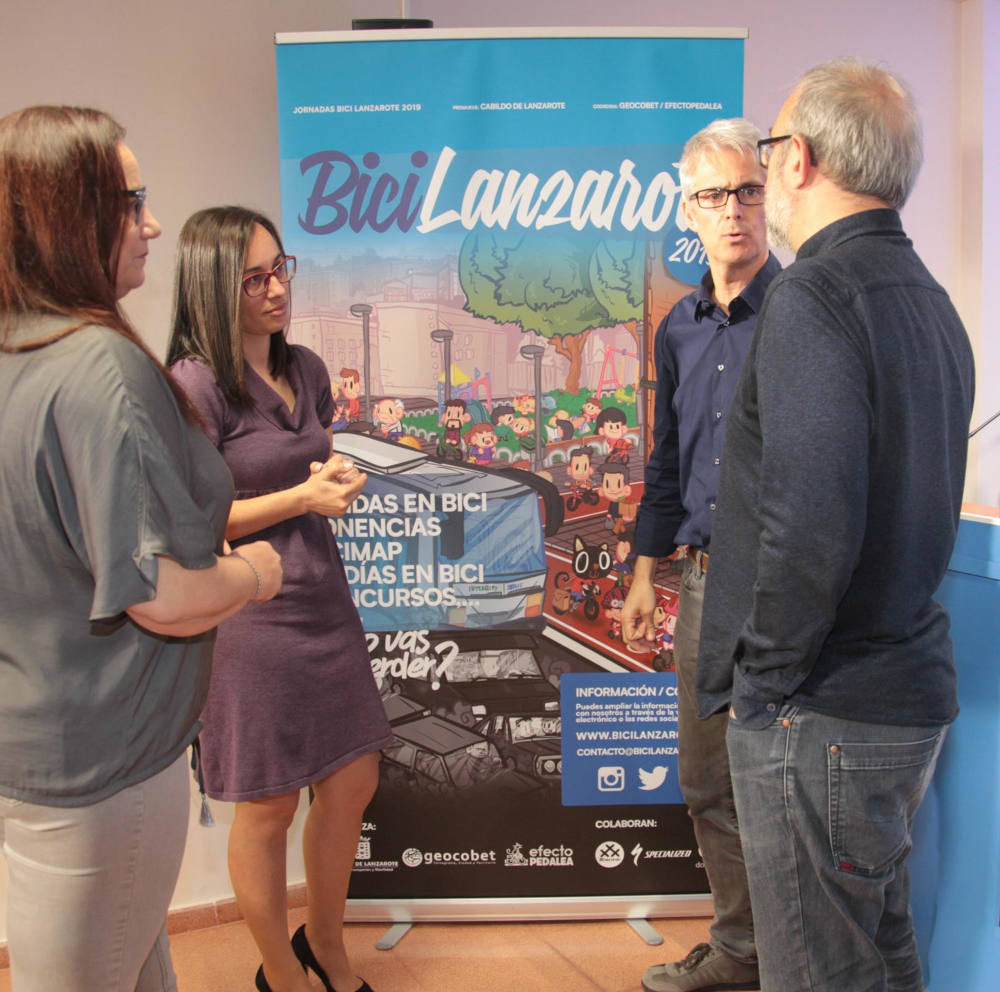 La Consejera de movilidad Patricia Pérez habla Carlos Rodríguez y Francisco Corredera tras la Presentación BiciLanzarote 2019 - 30 Días en Bici Lanzarote