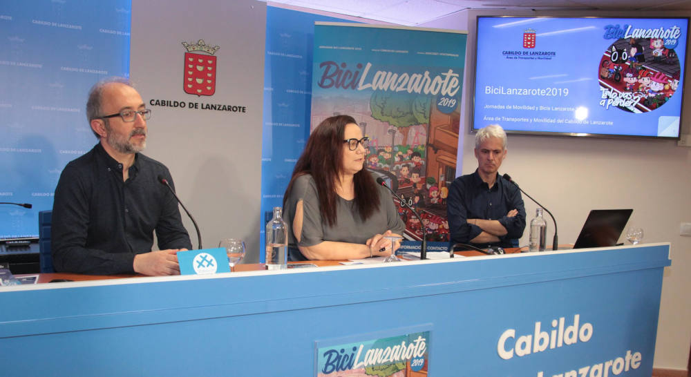 la coordinadora del Servicio de Transportes y Movilidad del Cabildo de Lanzarote, Begoña Pérez con Carlos Rodríguez y Francisco Corredera tras la Presentación BiciLanzarote 2019 - 30 Días en Bici Lanzarote