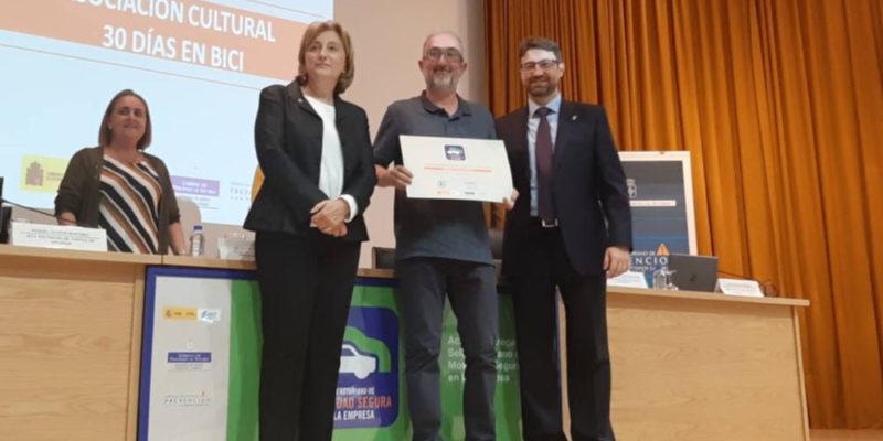 Foto: Carlos Rodriguez recoge diploma sello movilidad segura al trabajo 2019