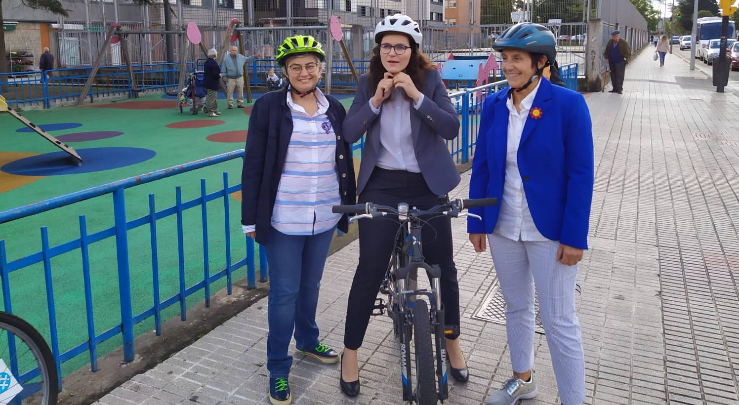 Foto de las alcaldesas de Gijón y Gdansk con Geles, directora del colegio Cervantes - 30 Días en Bici Gijón
